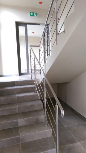 Den metall räcken av en trappa i Aizpute - Räcken av rostfritt ...